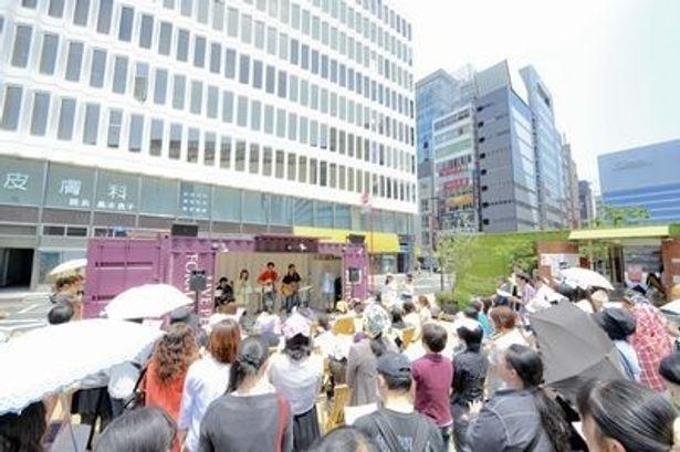 コンテナライブはオフィス街の昼休み時、12時から13時までの1時間で行われた。3日間とも快晴!