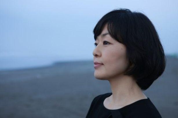 撮影現場から喪服の衣装のまま逃げ出して来た女優トウコを演じる小林聡美