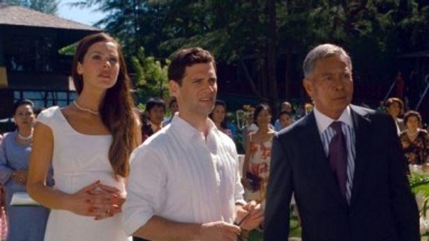 ジャスティン・バーサ(中)演じるダグはメンバーの指定ドライバー