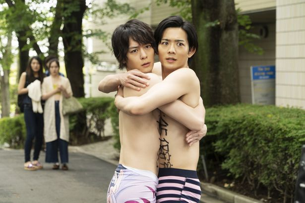 【写真を見る】ウホッ!竜星涼&犬飼貴丈が裸で抱き合う…渾身の脱ぎっぷりは必見
