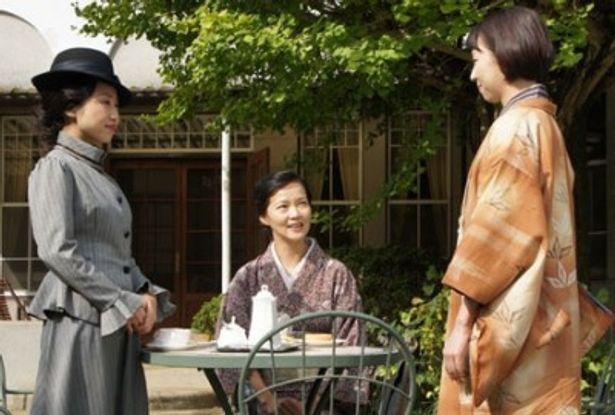 百合子(左)を演じるのは映画初出演の歌手・一十三十三