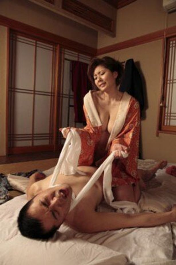 首を絞めると快感が増すと称し、阿部定は吉蔵の首に腰紐を巻きつける