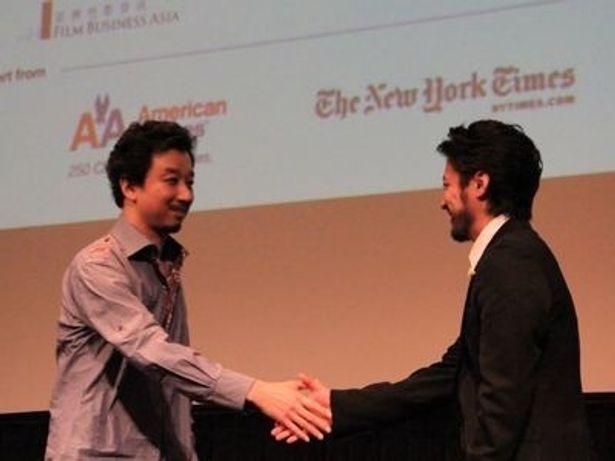 ニューヨーカーたちからの手ごたえを感じたふたりは質疑応答の前後にがっちり握手をかわしていた