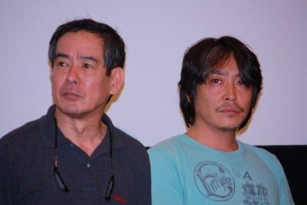 白菜農家をやってる柴山満役の小倉一郎と、村役場職人役の加藤虎ノ介(右)