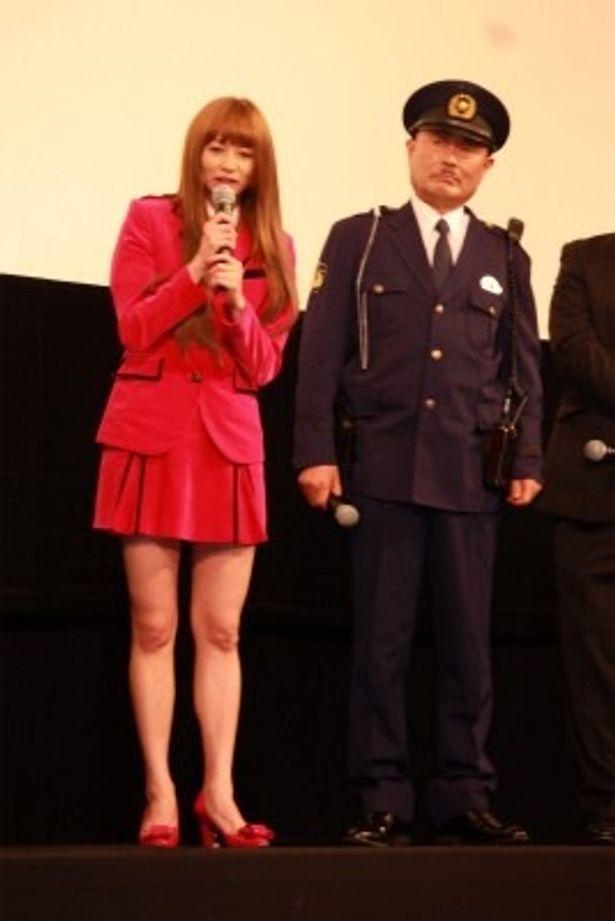 【写真をもっと見る】麗子役の香里奈もお約束のミニスカのコスチュームでおみ足を披露