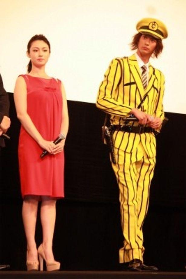 速水もこみちも黄色の中川コスチュームで登壇。深田恭子はフェミニンなドレスだった