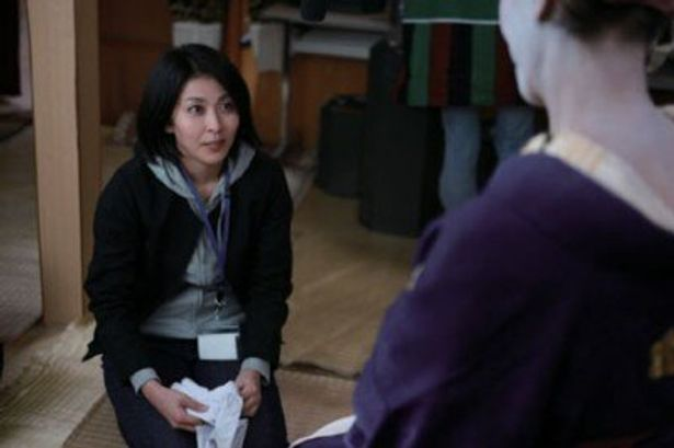 松たか子は村役場の総務課職員役で登場