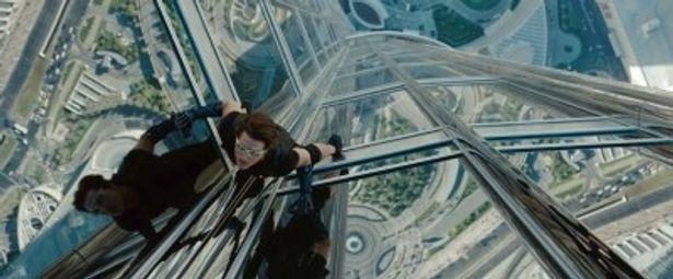 828mの世界一高いビルで自ら体を張って撮影したトム・クルーズ