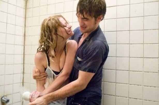 【写真】恋人役のエミリー・デ・レイヴィンとシャワーを掛け合うシーンも印象的なロブ様