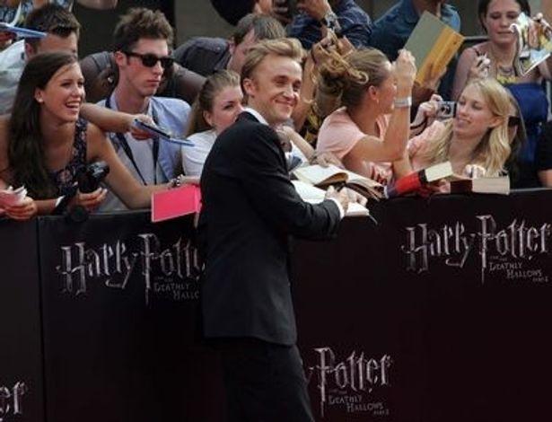 ファンのサインの求めに気軽に応じるトム。日本にも是非また訪れてもらいたい
