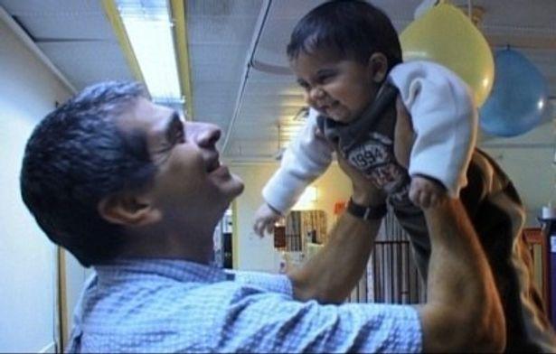 様々な困難や誹謗中傷から命を守る戦いをする姿を余すところなくカメラに収めたドキュメンタリー『いのちの子ども』は現在公開中