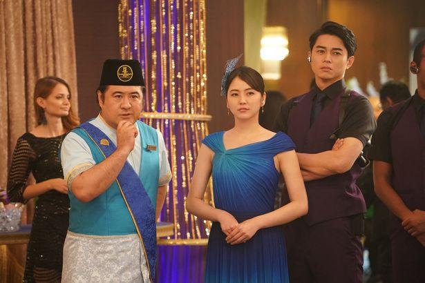 長澤のスタイルの良さが際立つブルーのドレス