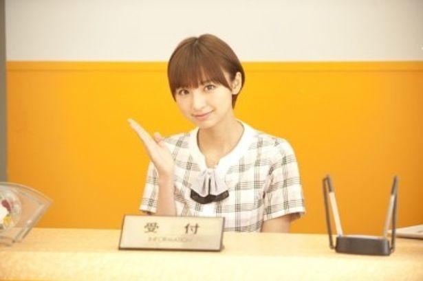 営業一課の飲み会には必ずお声がかかるアイドル的存在のNEOビールの受付嬢マオを演じる篠田麻里子