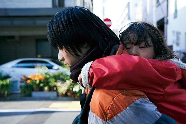 母親のの歪んだ愛情しか知らずに育った17歳の少年を演じるのは、本作がスクリーンデビューとなる奥平大兼