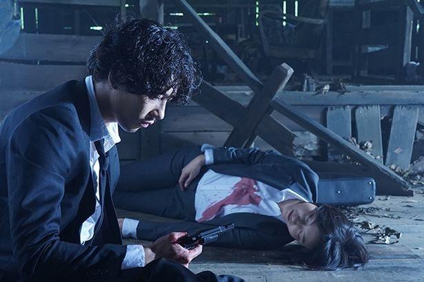 気を失った主人公の清春が目を覚めると、右手に拳銃を握り、傍らには死体が転がっていた