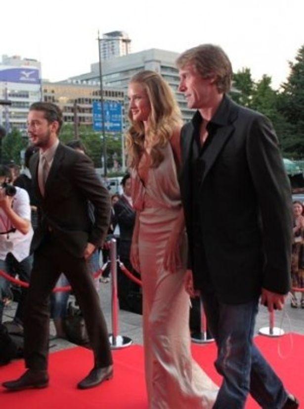 レッドカーペットを歩く、右から、マイケル・ベイ監督、ロージー・ハンティントン=ホワイトリー、シャイア・ラブーフ