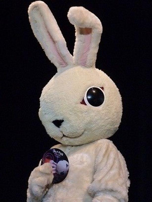 新たな恐怖の世界に観客を誘うウサギの着ぐるみ