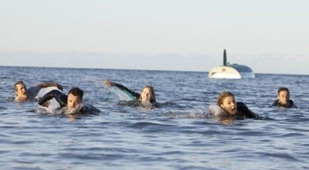 死に物狂いで逃げる5人。その水面下には