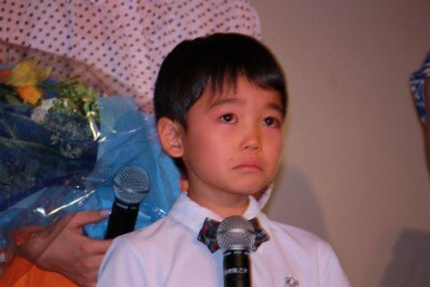 【写真をもっと見る】ブレイク必至!息子・芯役の土師野隆之介は大粒の涙を流した