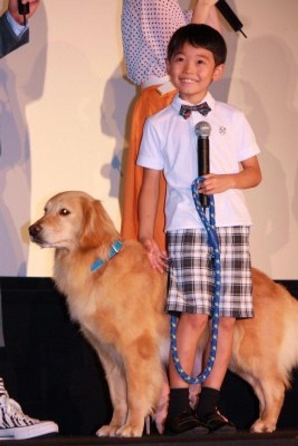 劇中で名演技を見せた犬のロックと触れ合う土師野隆之介