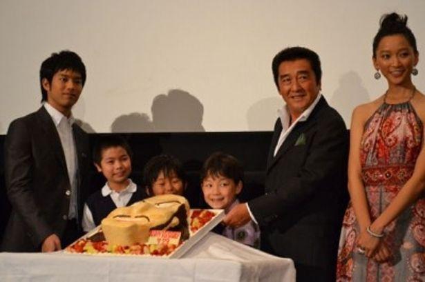 自身の演じたキャラクターをイメージしたケーキを前に、ご満悦の松方弘樹