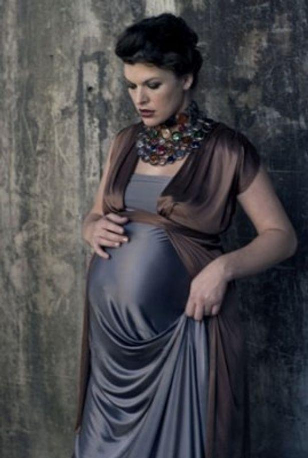 【写真】妊娠8ヶ月のミラ・ジョヴォヴィッチが、本人役の妊婦モデルとして出演