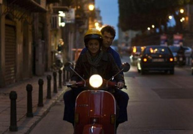 フィンはイタリアのパレルモで魅力的な女性フラヴィアと出会う