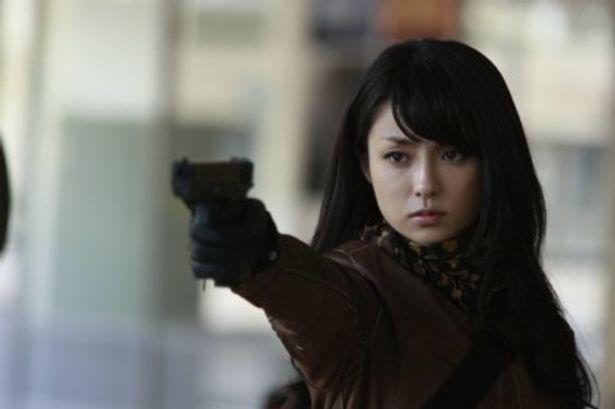 深田恭子がハードにガンアクションを決める姿が初披露