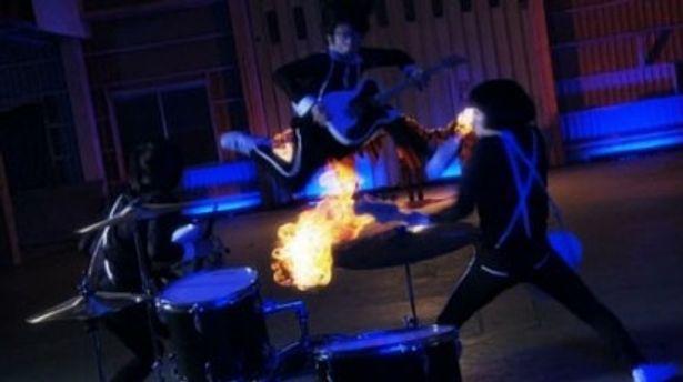 バンドメンバーも楽器を武器にして戦う