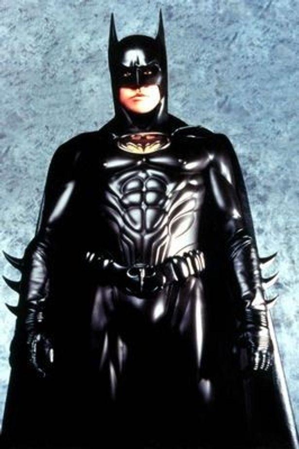 『バットマン フォーエヴァー』(95)では主役のバットマン役を演じていた