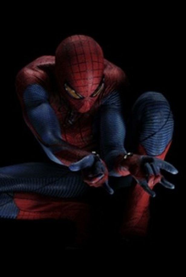 【写真】お決まりの糸を放つポーズで格好良く決めているスパイダーマンの両手首には装置のようなものが