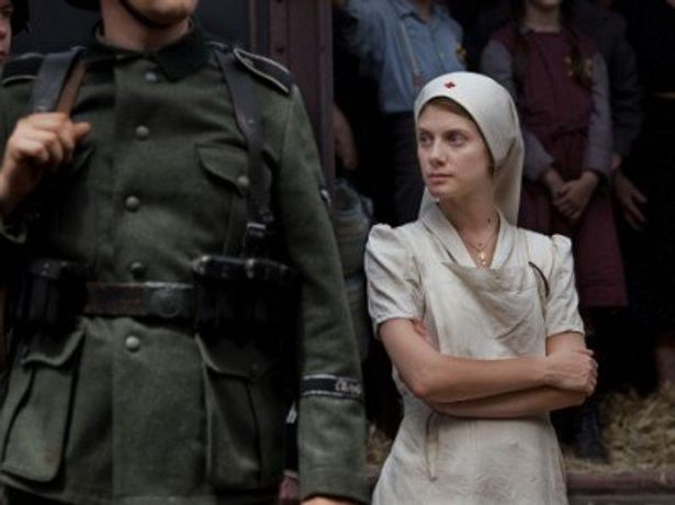 メラニーの祖父は、過去にアウシュヴィッツに強制送還されている