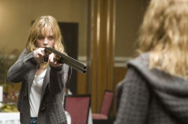 銃を向けた相手は自分? 悪夢のような世界から彼女は脱出できるのか
