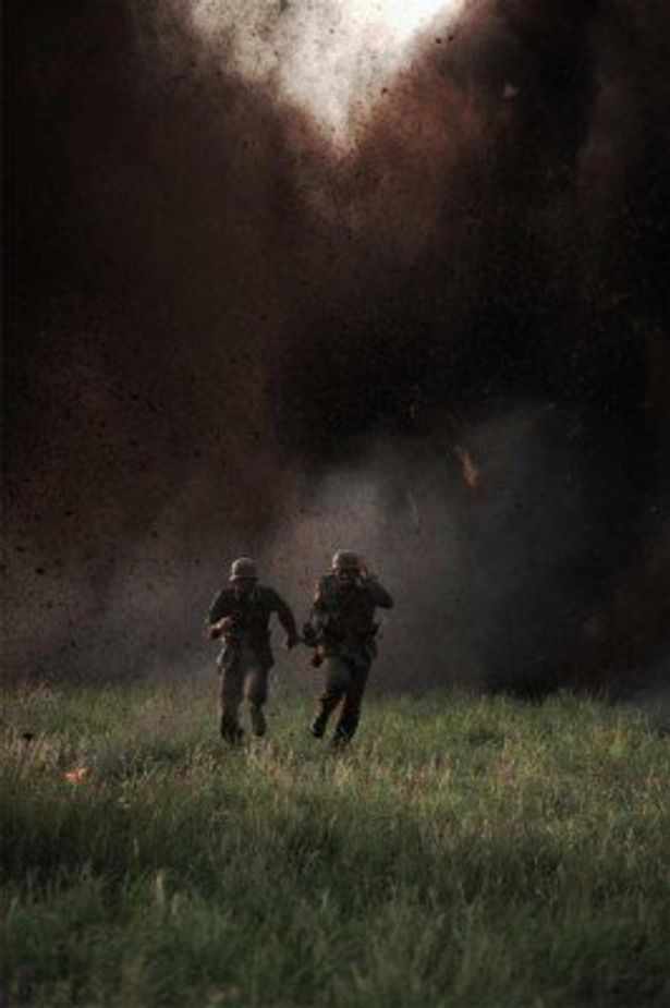 強力な爆破を間近で撮影するため、カメラマンは強固な防火服に身を包み撮影に挑んだ