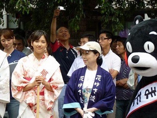 竹富聖花(左)とイベントに駆けつけた熊本のマスコットキャラクター・くまモン
