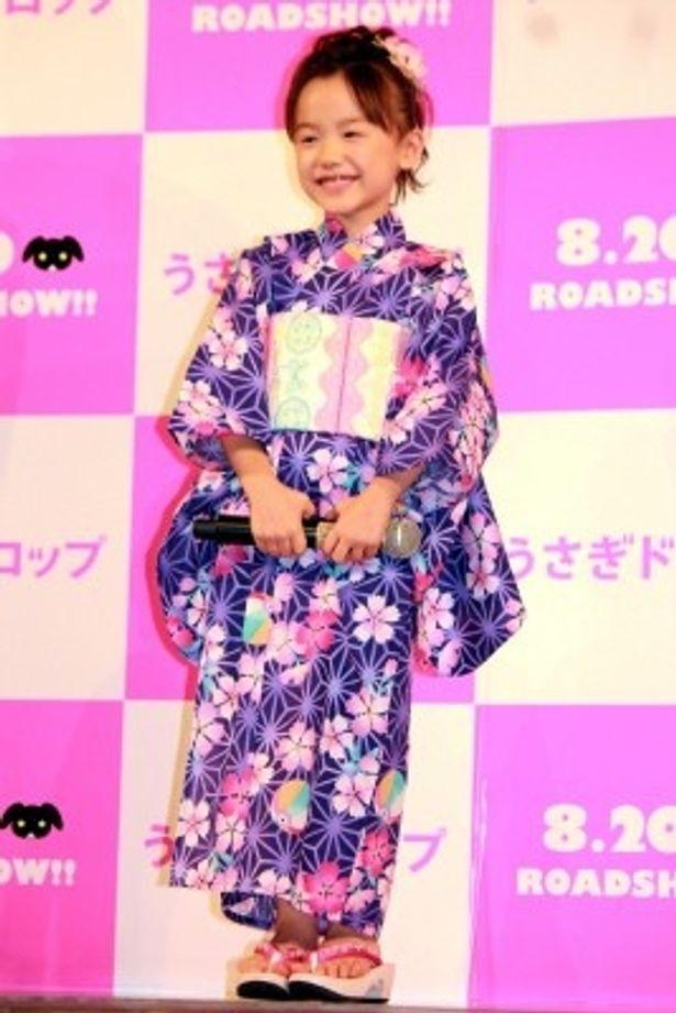 【写真をもっと見る】愛くるしい!人気子役・芦田愛菜の浴衣の全身ショット
