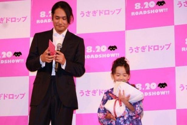 松ケンからりんどうの花束をもらって大喜びの芦田愛菜