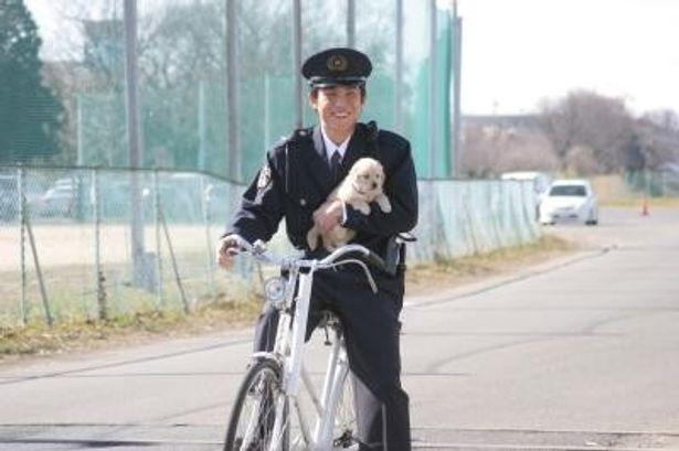 【写真】新米警官を演じる中尾明慶と、可愛い子犬のツーショット
