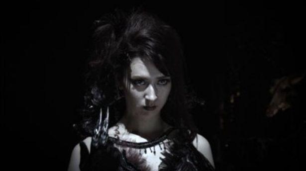 リアは英語と日本語、両方のセリフで幻想的なエルダを演じる