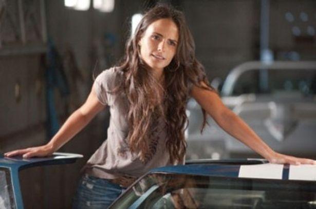 本シリーズでカーアクションと共に外せない要素である美女ももちろん登場