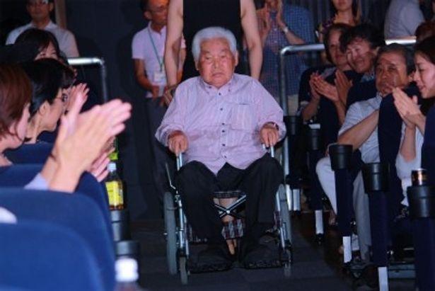 入場時、拍手で迎えられた新藤兼人監督
