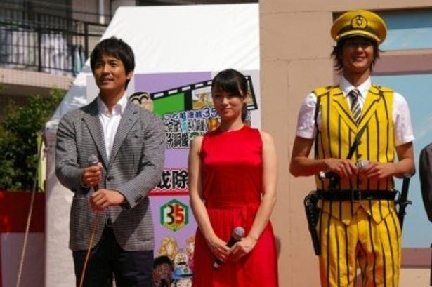 完成披露試写会の際には深田(中)の生腕に鼻の下を伸ばしていた沢村(左)だが、この日は暑さにぐったり?