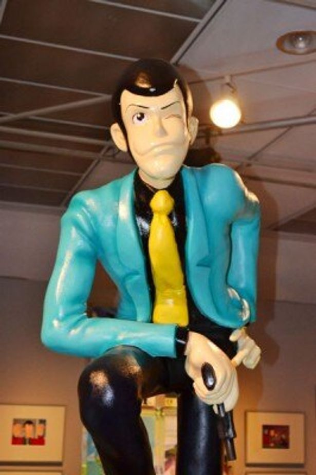 立像や原画、アニメ版のポスターなど、貴重な品々が多数展示された展覧会が松屋銀座にて開催中