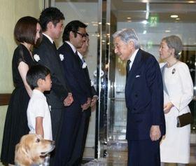 天皇皇后両陛下が『ロック わんこの島』を御高覧。佐藤隆太、麻生久美子らとも歓談