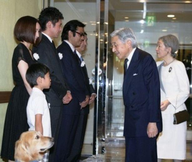 天皇皇后両陛下をお迎えした『ロック わんこの島』の監督、出演者