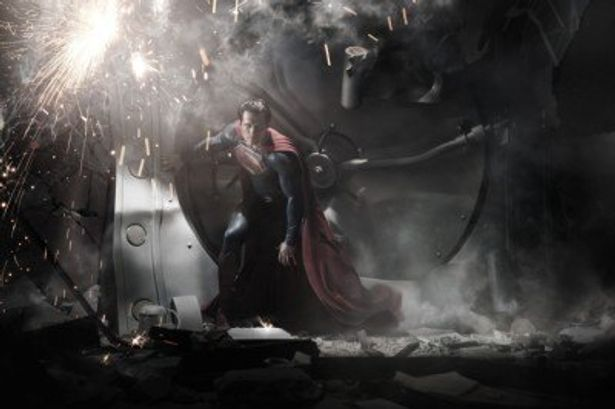 アメリカンフットボールのプロテクターのような立体的なビジュアルに一新された新スーパーマン
