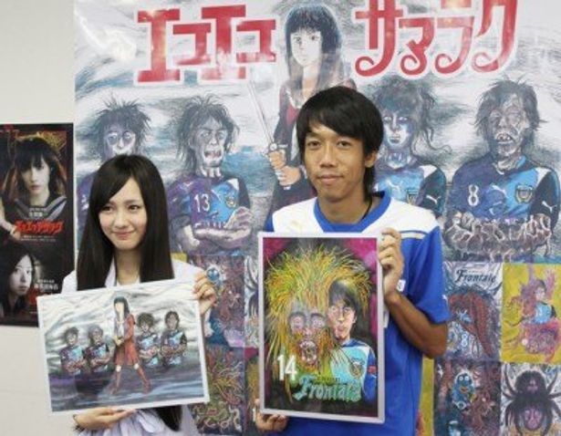 妖怪になった自身のイラストを持った中村選手と前田さん