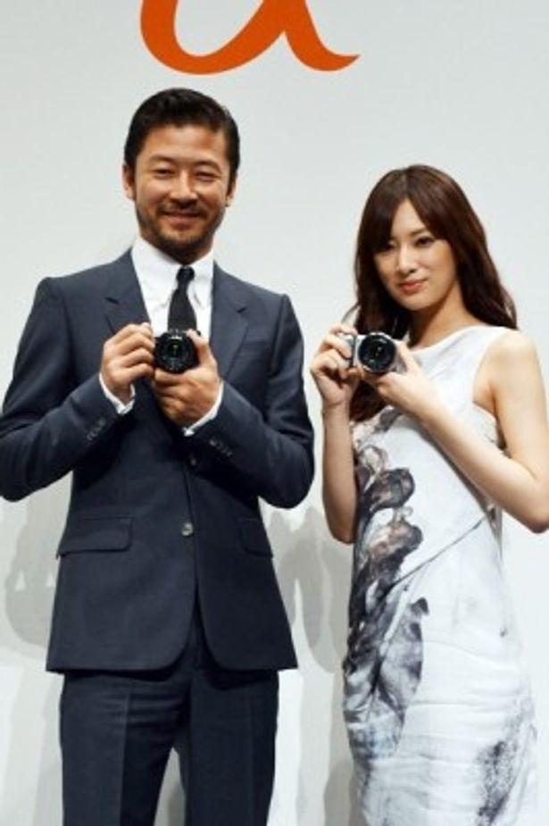 最新一眼レフカメラの発表会に、浅野忠信と北川景子が登場