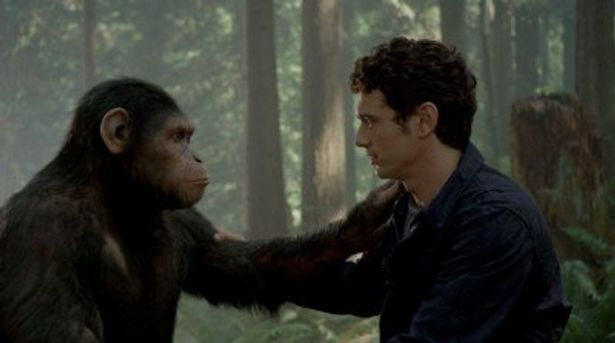 公開されたジェームズ・フランコ演じるウィルとシーザーの2ショット写真。チンパンジーの父親的存在になっていく