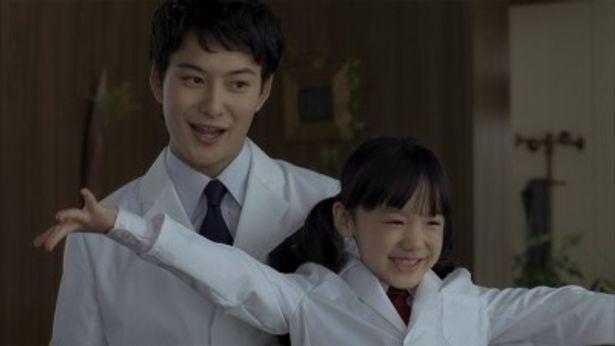 キヤノン 「PIXUS」 新TVCM「ピクサス 検証っ。オトナのブロンズ!篇」出演の岡田将生と芦田愛菜(写真左から)